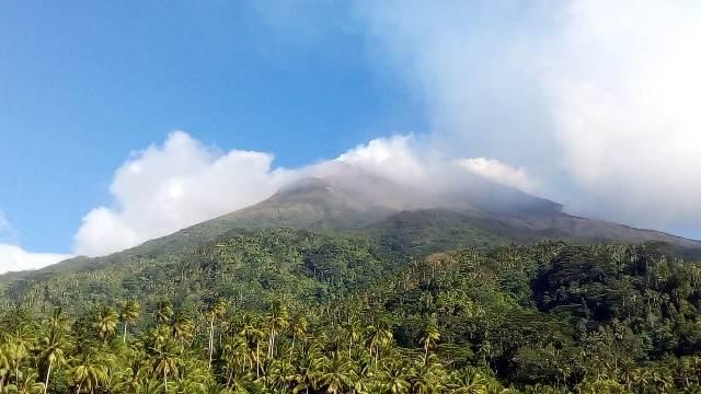 https: img.okezone.com content 2020 11 25 340 2315654 gunung-karangetang-keluarkan-asap-setinggi-150-meter-fXsCbDo2bx.jpg