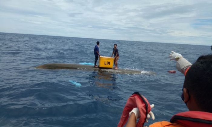 https: img.okezone.com content 2020 11 25 340 2315933 perahu-terbalik-dihantam-ombak-2-nelayan-terapung-di-laut-FLIXysEw80.jpg