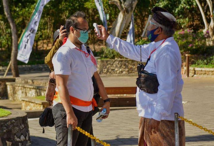 https: img.okezone.com content 2020 11 25 406 2315609 pengelola-wisata-tanah-lot-wajibkan-wisatawan-patuhi-protokol-kesehatan-ketat-FjLW1CBIDV.JPG