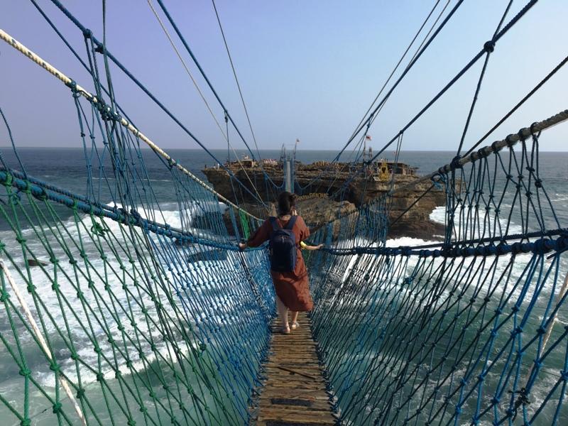 https: img.okezone.com content 2020 11 25 408 2316026 heboh-ott-edhy-prabowo-intip-3-pantai-cantik-penghasil-lobster-di-gunungkidul-Yyss9pudma.jpg