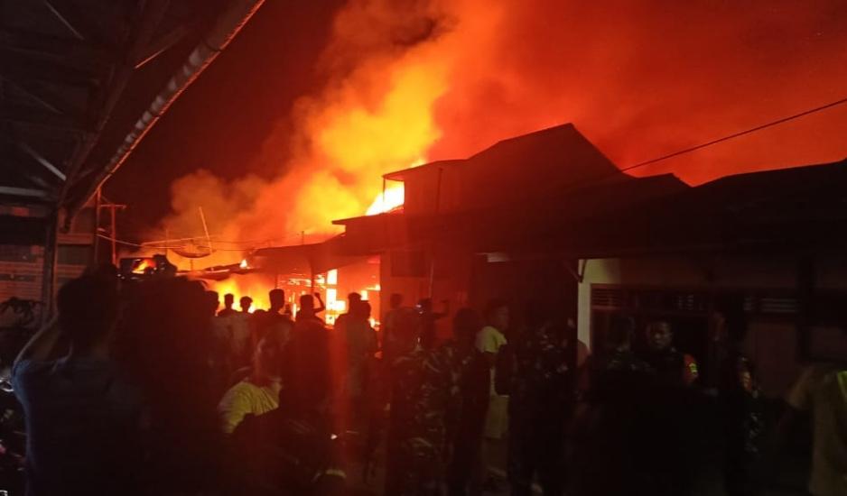 https: img.okezone.com content 2020 11 25 608 2315925 14-rumah-di-kabupaten-nias-terbakar-salah-satunya-milik-sekda-KEEX2PxCJp.jpg