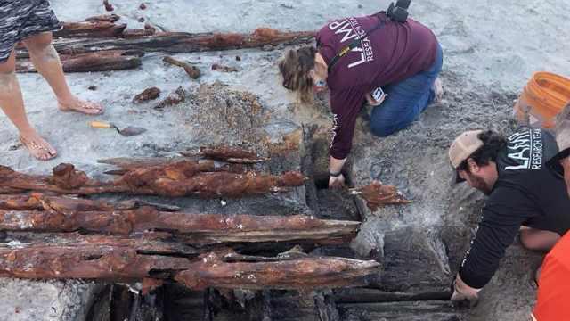 https: img.okezone.com content 2020 11 25 612 2315682 wow-bangkai-kapal-misterius-tahun-1800-muncul-usai-erosi-pasir-pantai-vWKVVwpnOB.jpg
