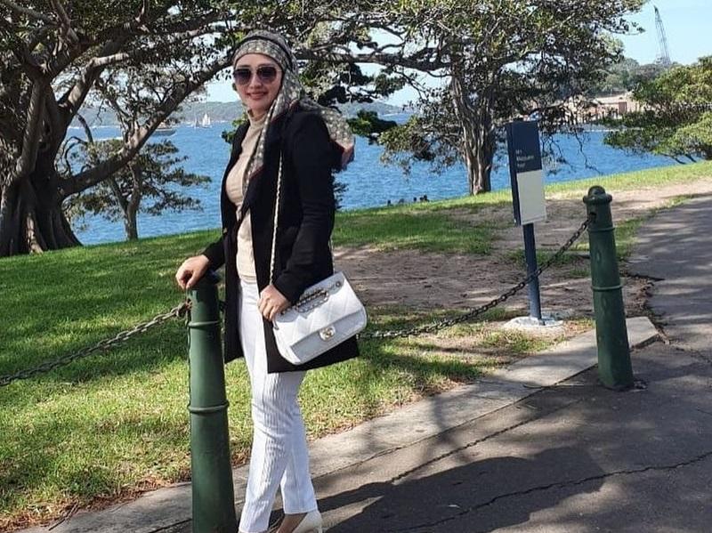 https: img.okezone.com content 2020 11 26 194 2316611 5-gaya-hijab-iis-edhy-prabowo-modis-dan-kekinian-fxcHDKvdbR.jpg