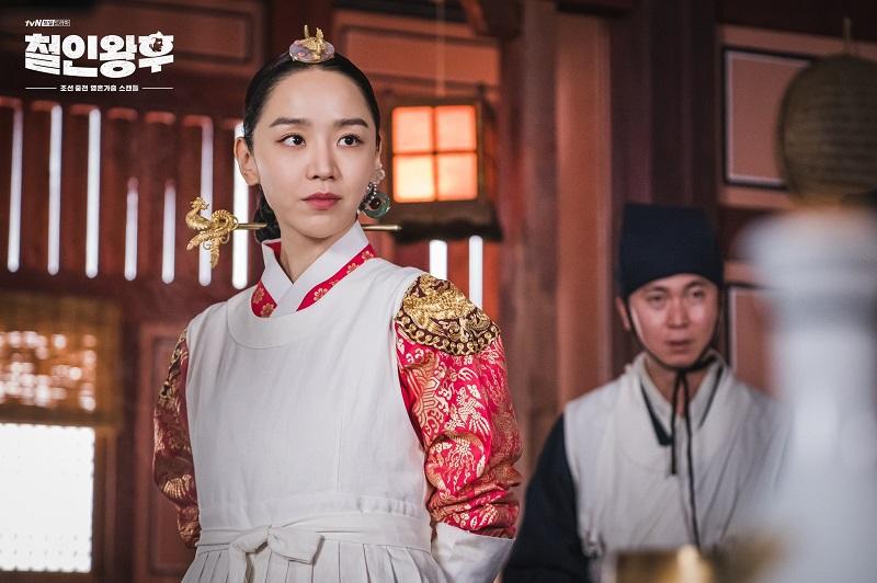https: img.okezone.com content 2020 11 26 206 2316732 gaya-eksentrik-shin-hye-sun-jadi-ratu-joseon-dalam-mr-queen-luEMwidyav.jpg