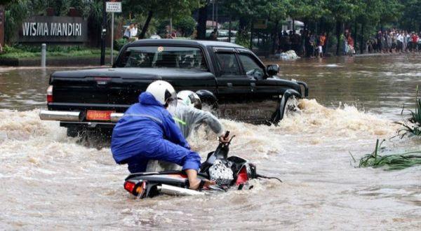 https: img.okezone.com content 2020 11 26 337 2316707 bnpb-cermati-potensi-hujan-tinggi-terutama-di-dki-jakarta-MEzAbJRcaz.jpg