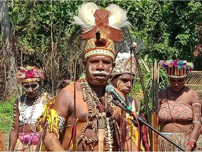 https: img.okezone.com content 2020 11 26 337 2316839 bakar-batu-cara-tni-dekati-warga-papua-secara-humanis-ebj74iMxWv.jpg