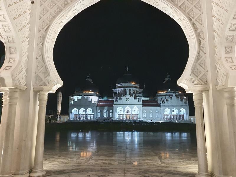 https: img.okezone.com content 2020 11 26 408 2316763 menikmati-fajar-di-masjid-raya-baiturrahman-ikon-wisata-religi-aceh-IV0OvZijwE.jpg