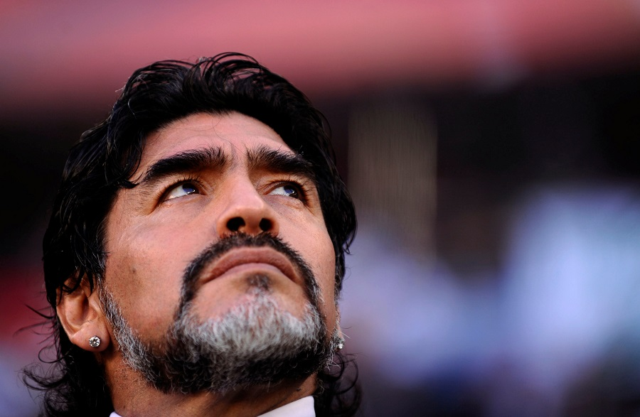 https: img.okezone.com content 2020 11 26 51 2316266 diego-maradona-si-miskin-yang-jadi-legenda-sepakbola-dunia-cUYtDpsCRe.jpg