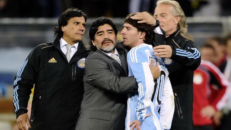 https: img.okezone.com content 2020 11 26 51 2316268 diego-maradona-meninggal-dunia-rivalitas-dengan-lionel-messi-terus-berlanjut-YXIb1EMe6Q.jpg