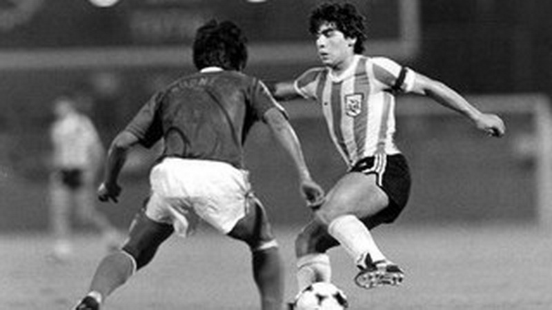 https: img.okezone.com content 2020 11 26 51 2316270 diego-maradona-ternyata-pernah-bantai-timnas-indonesia-di-piala-dunia-u-20-1979-H0tASinZQ1.jpg