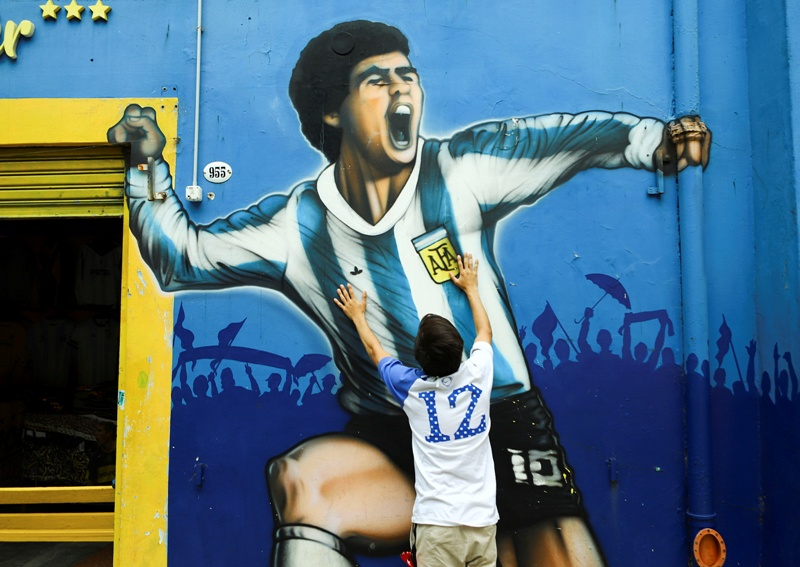 https: img.okezone.com content 2020 11 26 51 2316345 diego-maradona-meninggal-pele-ingin-bermain-bersama-di-angkasa-SgxOHNPHJZ.JPG