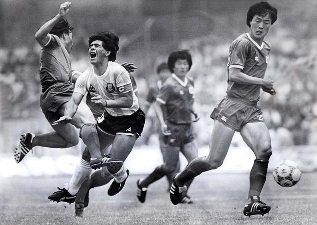 https: img.okezone.com content 2020 11 26 51 2316363 diego-maradona-meninggal-dunia-tak-disangka-pernah-2-kali-pecahkan-rekor-transfer-Ta293g5Wki.jpg