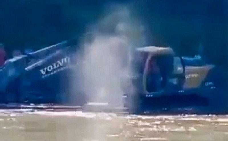 https: img.okezone.com content 2020 11 26 612 2316371 viral-wanita-mengaku-melihat-arwah-seorang-pria-yang-tenggelam-di-sungai-AzfMjwre41.jpg