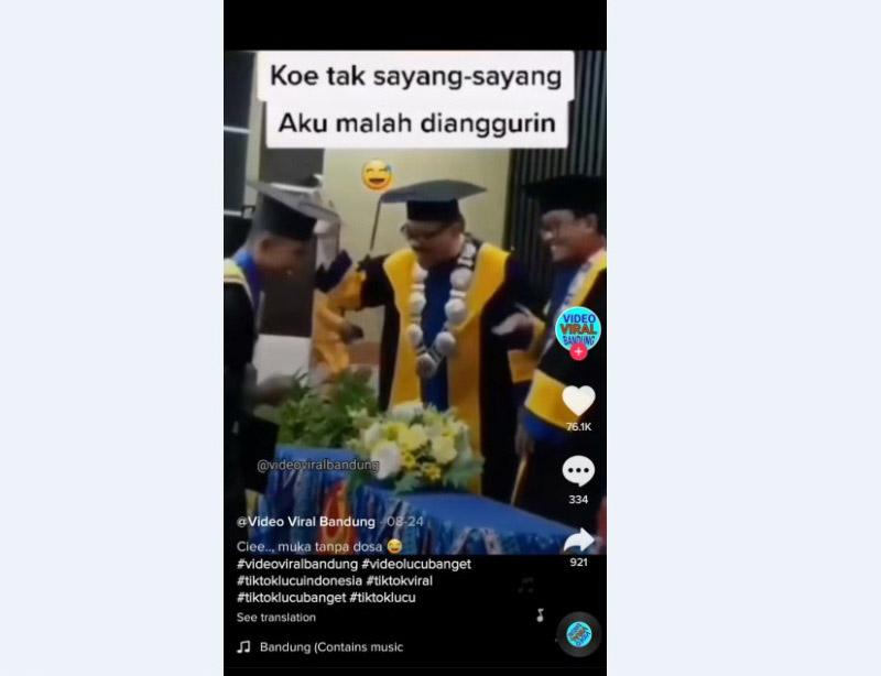 https: img.okezone.com content 2020 11 26 65 2316574 viral-video-wisudawan-abaikan-jabatan-rektor-netizen-nanti-ijazah-enggak-keluar-lho-f39tEQjvzm.jpg