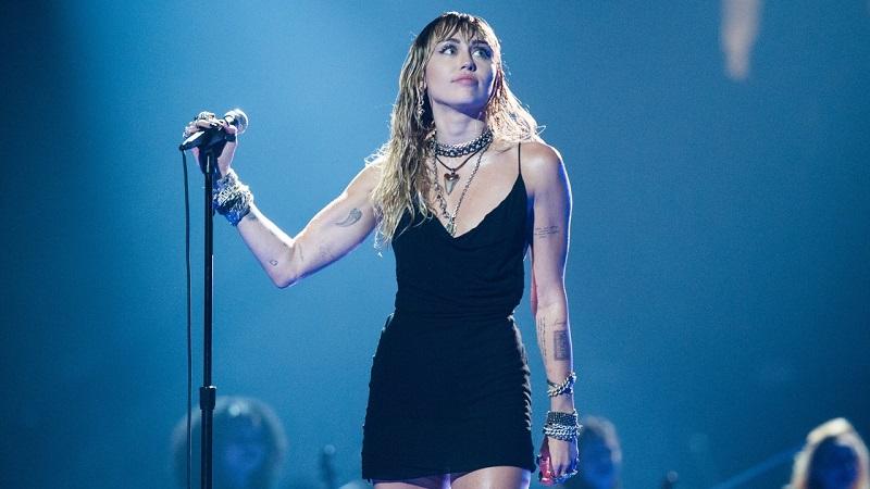 Banyak Ujian, Miley Cyrus Akhirnya Rilis Album Plastic Hearts