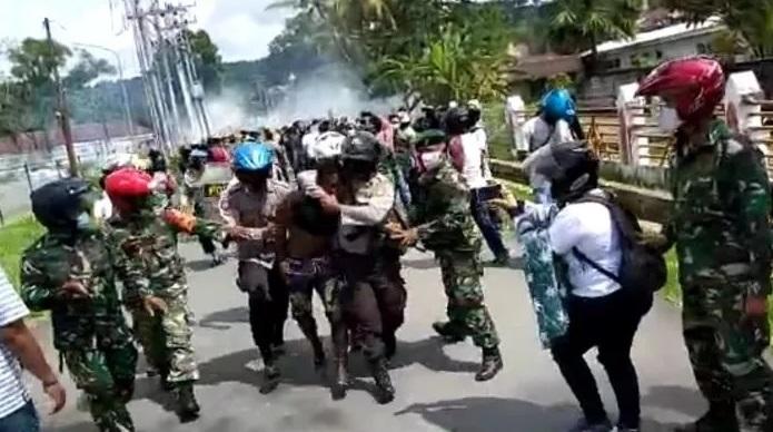 https: img.okezone.com content 2020 11 27 340 2317570 demo-berujung-bentrok-di-papua-polisi-amankan-36-orang-CzEcKJGswZ.jpg