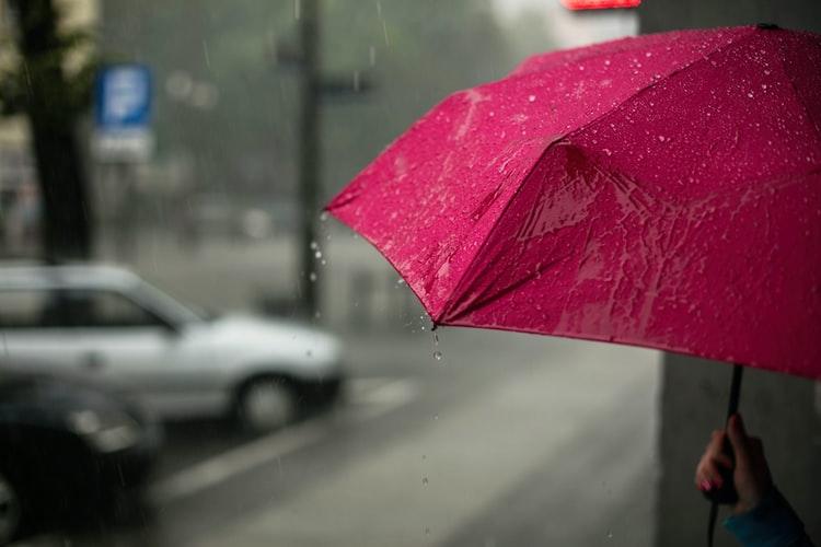 https: img.okezone.com content 2020 11 27 481 2317125 tips-sehat-di-musim-hujan-makan-sayur-hingga-hindari-genangan-ls8xBahfDG.jpg