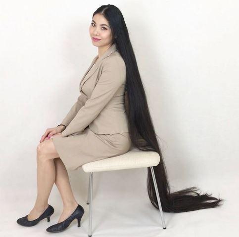 https: img.okezone.com content 2020 11 27 612 2317273 tidak-potong-rambut-selama-15-tahun-wanita-ini-dijuluki-rapunzel-OenyffMrwD.jpg