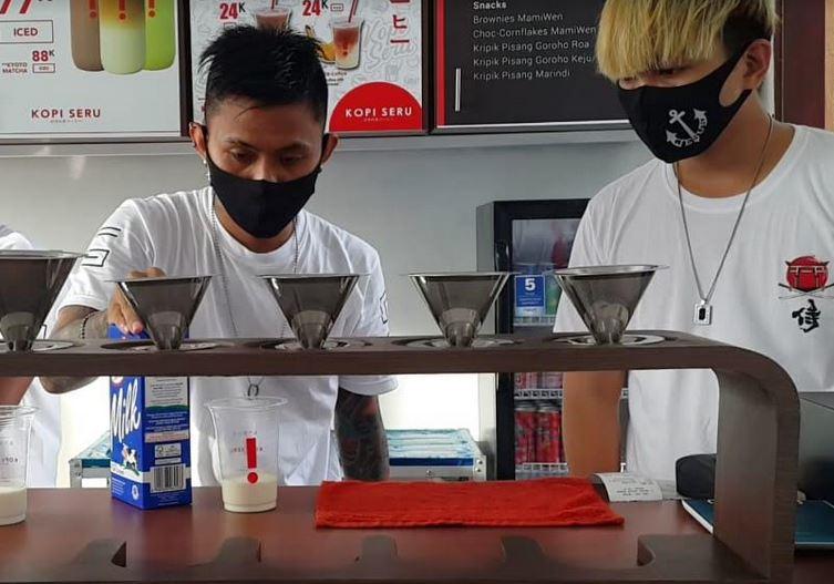 https: img.okezone.com content 2020 11 29 301 2318155 unik-kedai-kopi-di-manado-ini-pekerjakan-mantan-narapidana-f3Ui4RZq99.JPG