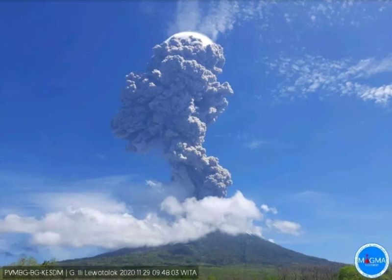 https: img.okezone.com content 2020 11 29 340 2318263 2-kecamatan-di-lembata-diselimuti-abu-vulkanik-gunung-ile-lewotolok-AJ9027t6XE.jpg