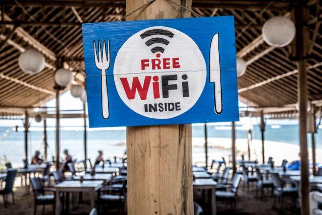 https: img.okezone.com content 2020 11 30 16 2318845 menggunakan-wifi-gratis-di-area-publik-melajari-tips-ini-agar-aman-QpOvFhOaDP.jpg