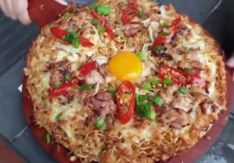 https: img.okezone.com content 2020 11 30 298 2318559 enaknya-pizza-mie-instan-untuk-camilan-siang-ini-cara-bikinnya-UKbaZAnXyh.jpg