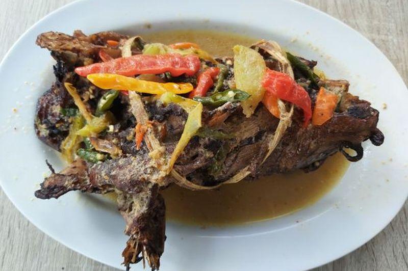 https: img.okezone.com content 2020 11 30 301 2318997 berburu-hidangan-khas-ikan-bandeng-di-sukoharjo-HtD4tdbOtx.jpg