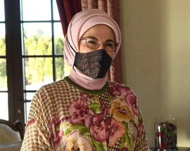 https: img.okezone.com content 2020 11 30 406 2318827 istri-presiden-turki-emine-erdogan-pakai-masker-batik-tulis-khas-yogyakarta-9xo9RXBeYP.JPG