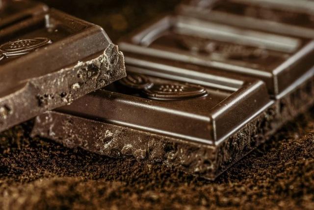 https: img.okezone.com content 2020 11 30 481 2318759 6-manfaat-cokelat-hitam-salah-satunya-mengurangi-depresi-VOIy0fiNDD.jpg