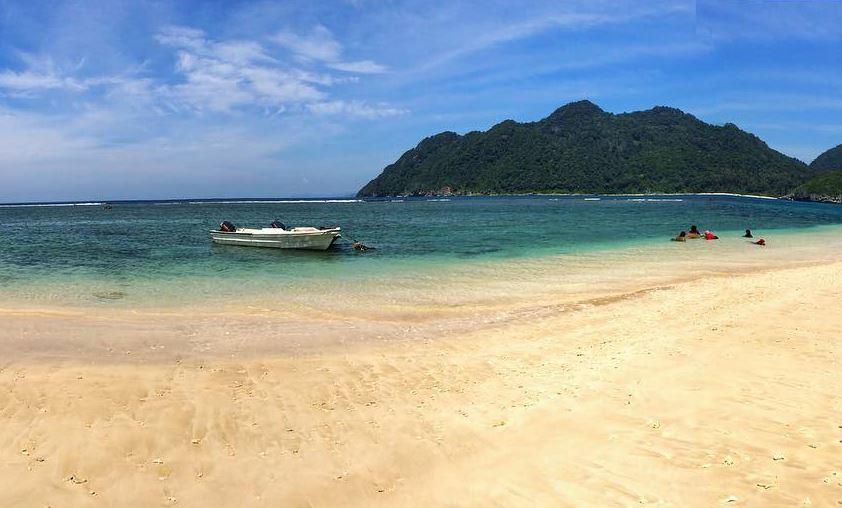 https: img.okezone.com content 2020 12 01 408 2319279 pantai-lampuuk-wisata-primadona-saksi-bisu-tragedi-tsunami-aceh-as8ljnQIaq.JPG
