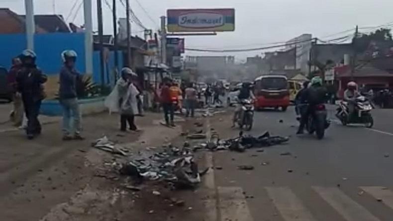 https: img.okezone.com content 2020 12 01 525 2319752 kecelakaan-beruntun-6-kendaraan-di-alun-alun-sumedang-1-tewas-gSSUuVJIqm.jpg