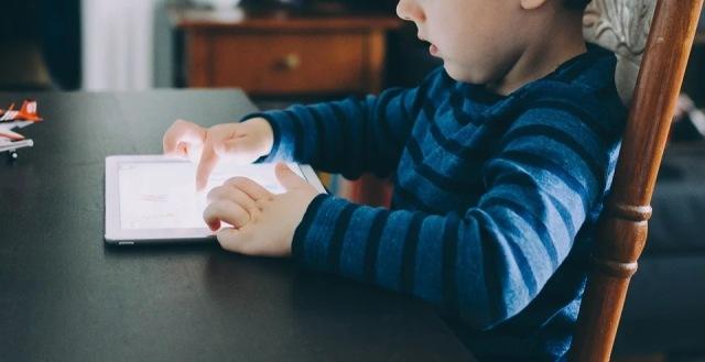 https: img.okezone.com content 2020 12 01 612 2319310 ini-bahayanya-jika-anak-kecanduan-gadget-segera-dihindari-9Vz3aJmiAa.jpg