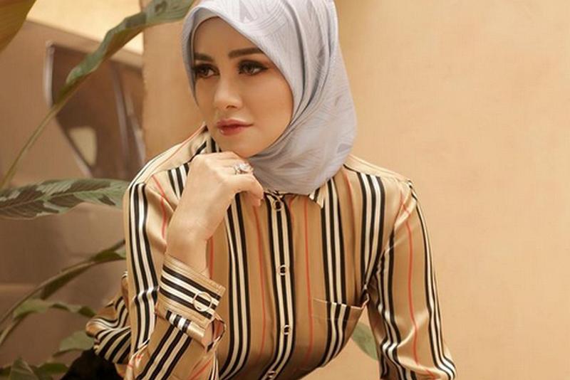 https: img.okezone.com content 2020 12 01 617 2319625 gaya-hijab-olla-ramlan-sambut-desember-netizen-masya-allah-cantik-banget-eiBIEKNc7w.jpg