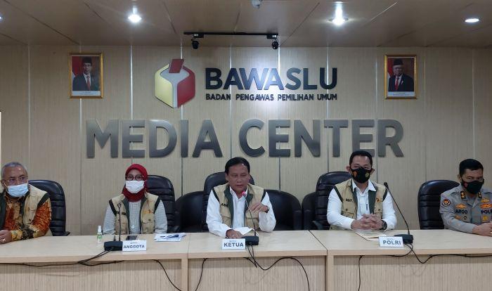 https: img.okezone.com content 2020 12 03 337 2320865 bawaslu-patroli-anti-politik-uang-saat-masa-tenang-pilkada-BNfbOFO0fY.jpg
