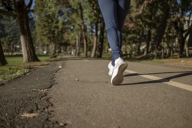 https: img.okezone.com content 2020 12 03 481 2320846 jalan-vs-lari-mana-lebih-baik-turunkan-berat-badan-g4rkNZHnZ3.jpg