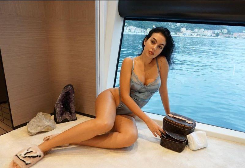 https: img.okezone.com content 2020 12 03 51 2320594 georgina-rodriguez-pamer-lingerie-di-kasur-saat-ronaldo-bertugas-di-laga-juventus-vs-kiev-lRPmiop0Bl.jpg