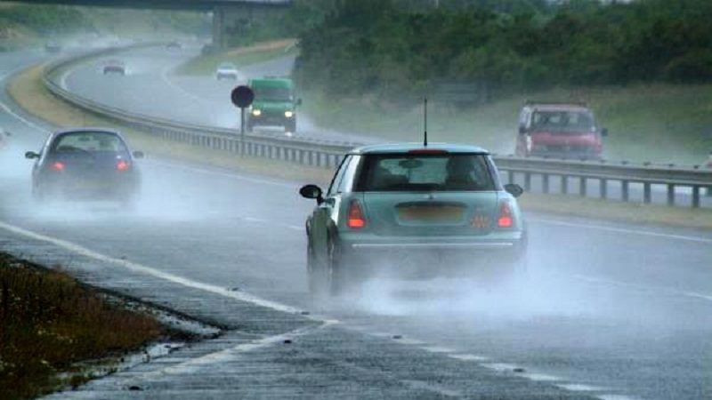 https: img.okezone.com content 2020 12 04 15 2321471 begini-tips-keselamatan-berkendara-saat-musim-hujan-WseJTd1ynb.jpg