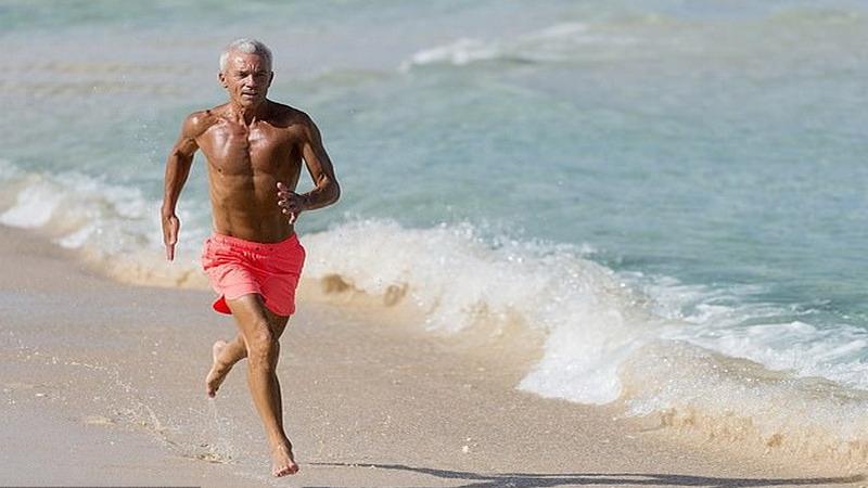 https: img.okezone.com content 2020 12 04 18 2321904 bikin-iri-kakek-terkuat-di-inggris-miliki-tubuh-berotot-perut-six-pack-0vkBqDXLFF.jpg