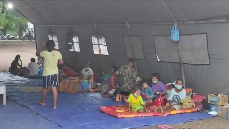 https: img.okezone.com content 2020 12 04 340 2321409 pengungsi-gunung-ile-lewotolok-mulai-diserang-penyakit-mayoritas-lansia-dan-anak-anak-Drju2NPPfe.jpg