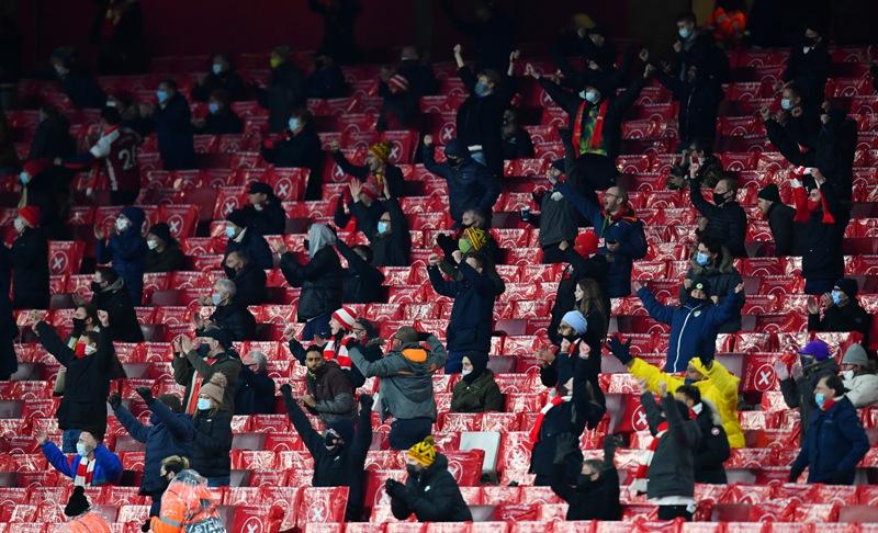 https: img.okezone.com content 2020 12 04 51 2321350 2-000-penggemar-saksikan-laga-arsenal-vs-rapid-wina-di-emirates-stadium-sxGqC8MAmH.jpg
