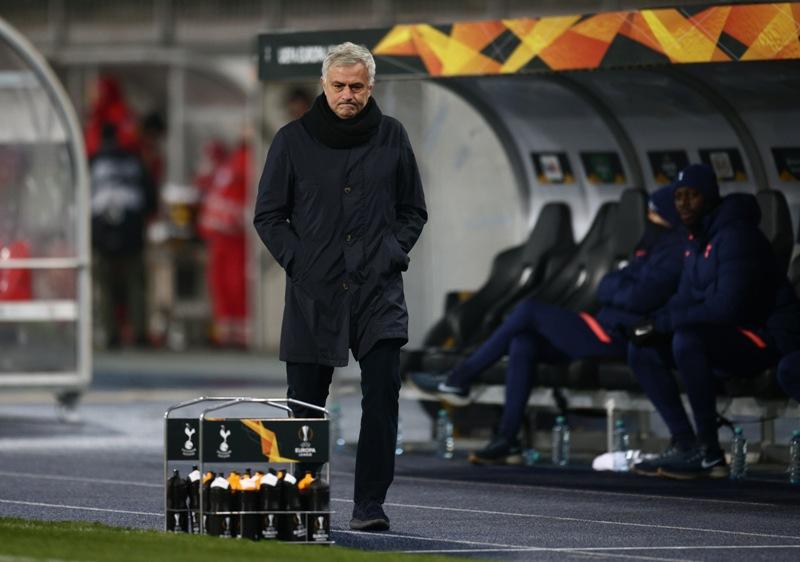 https: img.okezone.com content 2020 12 04 51 2321417 mourinho-tidak-gembira-meski-tottenham-lolos-dari-grup-p0UNA70X0O.JPG