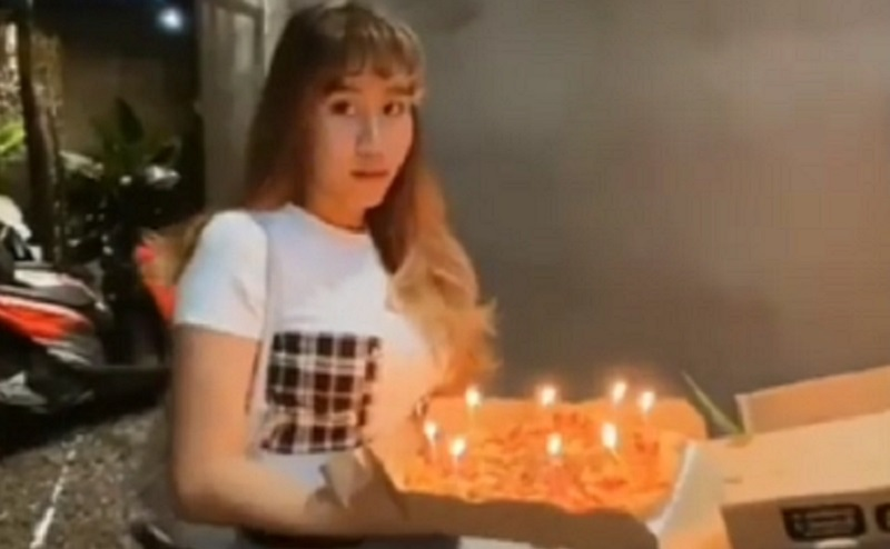 https: img.okezone.com content 2020 12 04 612 2321623 viral-gadis-ini-rambutnya-terbakar-saat-mau-beri-kejutan-ulang-tahun-temannya-JeKTwXFVwW.jpg