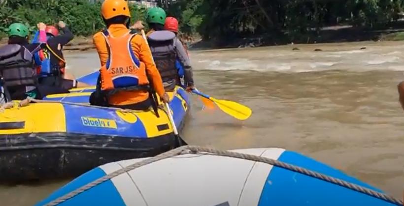 https: img.okezone.com content 2020 12 06 608 2322670 jenazah-balita-korban-banjir-yang-hilang-ditemukan-petugas-sar-jJ0rRv1R7S.png