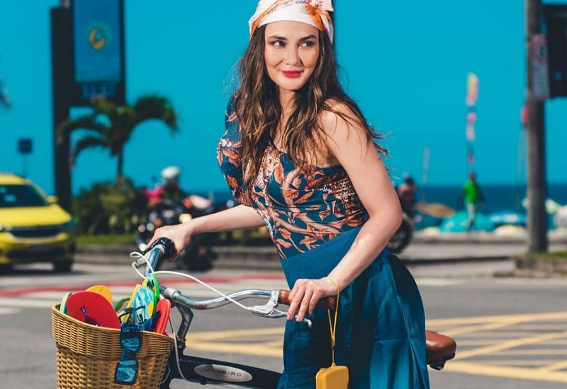 https: img.okezone.com content 2020 12 07 194 2322891 cantiknya-luna-maya-pakai-outfit-pantai-mirip-aktris-turki-netizen-awas-diculik-lho-ELLMspI1u0.jpg