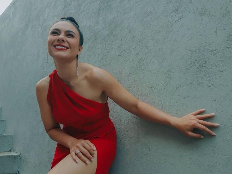 https: img.okezone.com content 2020 12 07 194 2323348 wulan-guritno-berbalut-dress-merah-pamer-paha-mulus-netizen-gal-gadot-indonesia-AghESUST7D.jpg
