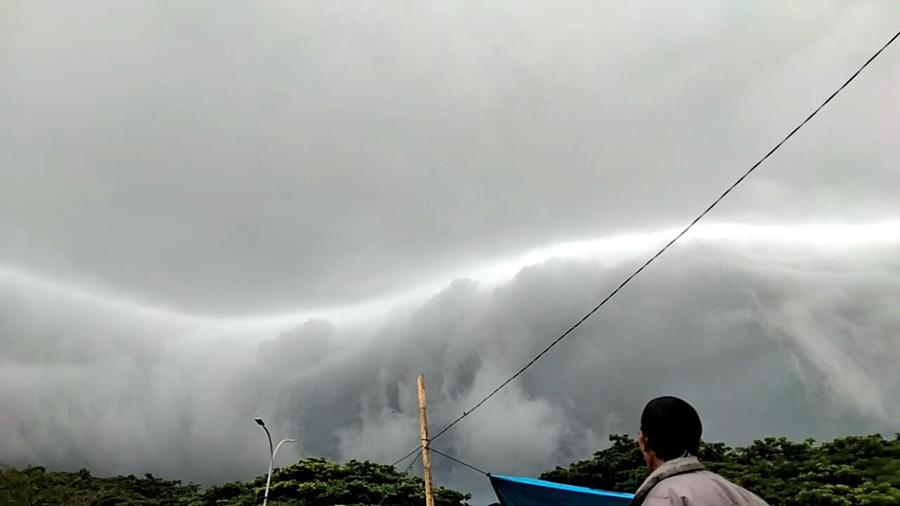 https: img.okezone.com content 2020 12 07 609 2323010 viral-awan-menyerupai-tsunami-di-langit-maros-hebohkan-pengujung-pasar-kg3PrmHdWD.jpg