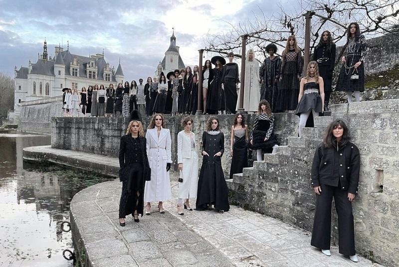 https: img.okezone.com content 2020 12 08 194 2323931 tutup-2020-chanel-adakan-fashion-show-hanya-ditonton-1-orang-FF3Lc4gZRA.jpg