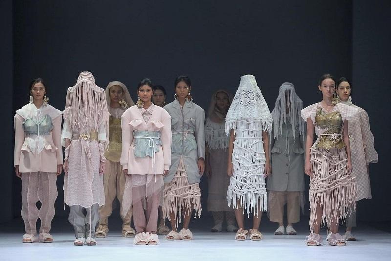 https: img.okezone.com content 2020 12 08 194 2324063 desainer-toton-sempat-ragu-jakarta-fashion-week-2021-digelar-virtual-LAuT1xEUgc.jpg