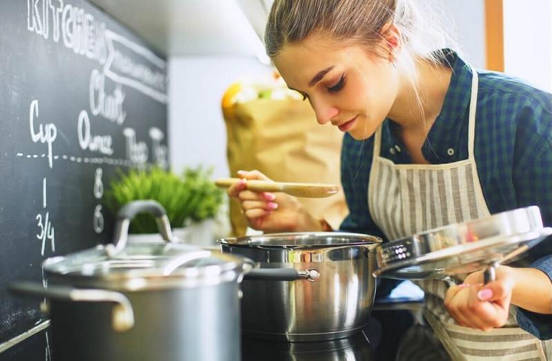 https: img.okezone.com content 2020 12 08 298 2323607 baru-belajar-masak-ini-tips-membeli-peralatan-dapur-sekaligus-merawatnya-T0ZE0vjLe1.jpg