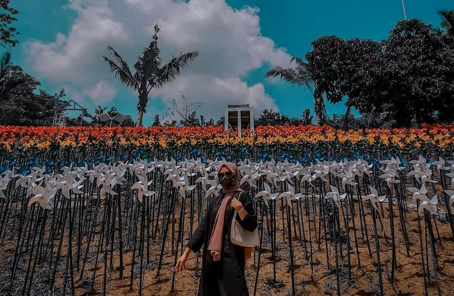 https: img.okezone.com content 2020 12 08 408 2323513 marigold-garden-taman-kincir-angin-instagramable-di-karawang-yang-viral-PsO8D6L7TY.JPG